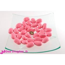 Dragées aux céréales extrudées enrobées de chocolat au lait aromatisé fraise, rose nacre, déclassées