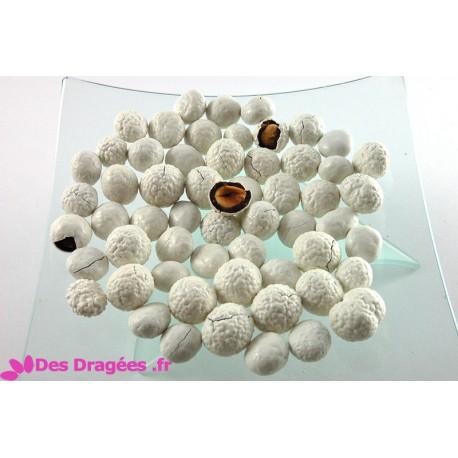 Dragées noisette enrobées de chocolat, blanc mat, déclassées - spéciales promo: plus de défauts (fissures, sucre cassé)